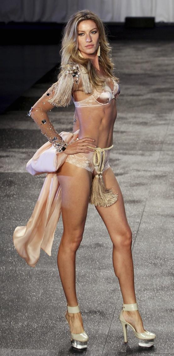 Gisele Bundchen Mrs Tom Bradys Sexiest Runway Moment -2391